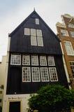 AMSTERDAM, holandie, KWIECIEŃ, 23 2018: Plenerowy widok czarny drewniany dom w begijnhof dowtown Obraz Stock