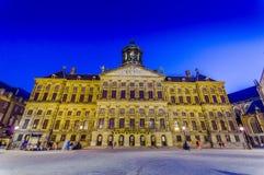 Amsterdam, holandie - Lipiec 10, 2015: Nieprawdopodobny pałac królewski jak widzieć przez od tama kwadrata w pięknym Zdjęcia Stock