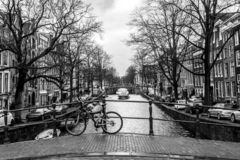 Amsterdam holandie - Luty 26, 2010: Bicykl na ulicznym pobliskim wodnym kanale Rower jest bardzo popularnym transportem wewnątrz zdjęcia stock