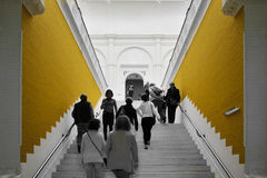 Amsterdam, holandie - Maj 6, 2015: Ludzie wizyty Stedelijk Musem w Amsterdam Fotografia Royalty Free