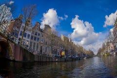 AMSTERDAM, holandie, MARZEC, 10 2018: Piękni plenerowi widoku Amsterdam kanały z bridżowymi i typowymi holenderskimi domami Zdjęcia Stock