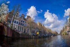 AMSTERDAM, holandie, MARZEC, 10 2018: Piękni plenerowi widoku Amsterdam kanały z bridżowymi i typowymi holenderskimi domami Zdjęcia Royalty Free