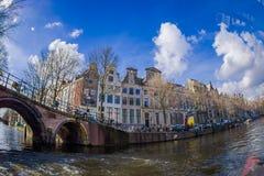 AMSTERDAM, holandie, MARZEC, 10 2018: Piękni plenerowi widoku Amsterdam kanały z bridżowymi i typowymi holenderskimi domami Obraz Royalty Free