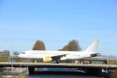 Amsterdam holandie - Marzec 25th, 2017: EC-LAB Vueling Aerobus Fotografia Royalty Free