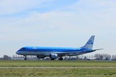 Amsterdam holandie - Marzec 25th, 2017: PH-EZU KLM Cityhopper Embraer Obraz Stock
