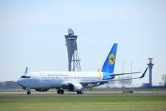 Amsterdam holandie - Marzec 25th, 2017: UR-PSS Ukraine International Airlines Boeing 737-800 Zdjęcia Stock