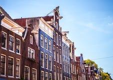 AMSTERDAM, holandie - SIERPIEŃ 15, 2016: Sławni budynki Amsterdam centrum miasta zakończenie Generała krajobrazu miasta widok Zdjęcie Stock