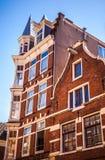 AMSTERDAM, holandie - SIERPIEŃ 15, 2016: Sławni budynki Amsterdam centrum miasta zakończenie Generała krajobrazu miasta widok Fotografia Stock