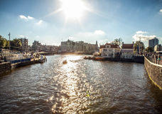 AMSTERDAM, holandie - SIERPIEŃ 6, 2016: Sławni budynki Amsterdam centrum miasta zakończenie Generała krajobrazu widok miasto ulic Obraz Royalty Free
