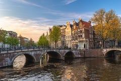 Amsterdam holandii miasta linia horyzontu przy kanałem zdjęcie royalty free