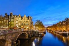 Amsterdam holandii zmierzchu miasta linia horyzontu przy kanałem obraz stock