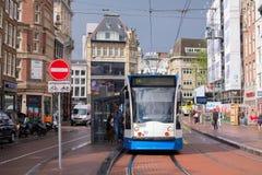 AMSTERDAM HOLLAND - JULI 24 - gata med den blåa spårvagnen på Juli 24, 2017 i Amsterdam, Nederländerna Fotografering för Bildbyråer
