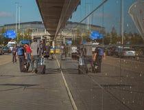 Amsterdam/Holland - 9/12/14 - Leute, die mit Taschen, refle gehen Stockbild