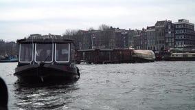 Amsterdam, Holland - Maart 3, 2018: De kanaalschepen varen voorbij 3 Maart, 2018 in Amsterdam stock footage