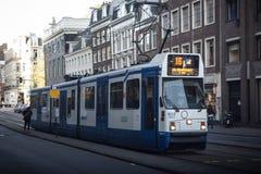 AMSTERDAM HOLLAND - MAJ 13: Spårvagnspring i stadsmitten bland gångare Royaltyfria Foton