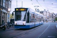 AMSTERDAM HOLLAND - MAJ 13: Spårvagnspring i stadsmitten bland gångare Arkivfoton