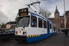 AMSTERDAM HOLLAND - MAJ 13: Spårvagnspring i stadsmitten bland gångare Fotografering för Bildbyråer