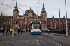 AMSTERDAM HOLLAND - MAJ 13: Spårvagnspring i stadsmitten bland gångare Arkivbild