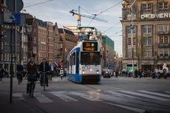 AMSTERDAM HOLLAND - MAJ 13: Spårvagnspring i stadsmitten bland gångare Royaltyfria Bilder