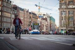 AMSTERDAM HOLLAND - MAJ 13: Spårvagnspring i stadsmitten bland gångare Royaltyfri Fotografi