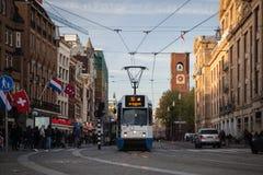 AMSTERDAM HOLLAND - MAJ 13: Spårvagnspring i stadsmitten bland gångare Arkivfoto