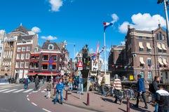 Amsterdam, Hollandes 30 avril : Statue de la Reine Wilhelmina, foule des personnes et des touristes sur la rue en avril 30,2015 Photo stock