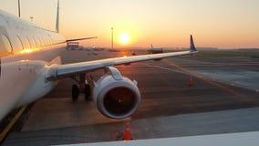 Amsterdam, Hollandes 25 04 2019 Matin fabuleux à l'aéroport de Schiphol Amsterdam Embarquement des lignes aériennes polonaises d' banque de vidéos