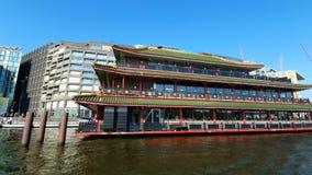 Amsterdam, Hollandes 25 04 2019 Restaurant de chinois traditionnel sur l'eau dans le jour ensoleillé Vue de bateau de touristes banque de vidéos