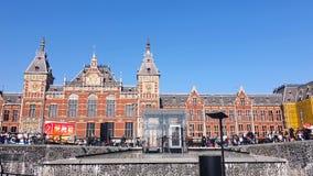 Amsterdam, Hollandes 25 04 2019 Station de central d'Amsterdam Les touristes marchent près de la station centrale et banque de vidéos