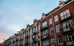 Amsterdam housefronts med blå himmel Arkivbilder