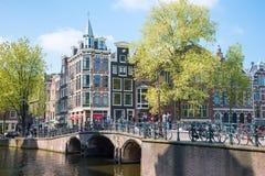 amsterdam houses härliga brokanaler holländska holland typisk sikt Arkivbilder