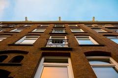 Amsterdam hus med himmel Arkivbilder