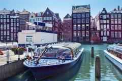 Amsterdam hus och fartyg Royaltyfri Bild