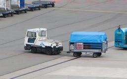 AMSTERDAM - JUNI 29, 2017: De vliegtuigen worden geladen in Schiphol A Stock Afbeeldingen