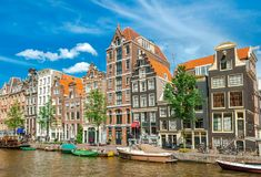 Amsterdam-Kanäle mit typischen Häusern, die Niederlande Stockfoto