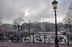 AMSTERDAM-KANÄLE Weg in Amsterdam stockfotos