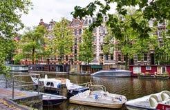 Amsterdam kanał z domami i łodziami Fotografia Royalty Free