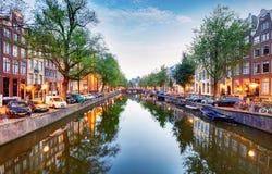 Amsterdam kanałowy Singel z typowymi holenderskimi domami, Holandia, Nethe obrazy stock
