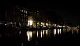 Amsterdam kanału strona przy nocą obrazy stock