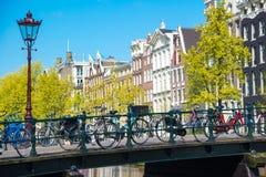 amsterdam kanały piękni bridżowi holenderski Holland mieścą typowego widok Obrazy Royalty Free