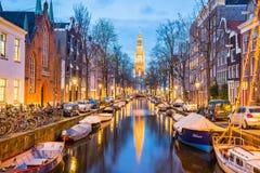 Amsterdam kanały z bridżowymi i typowymi holenderskimi domami w Netherl Obrazy Royalty Free