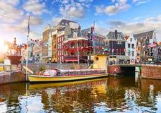 Amsterdam kanału holandie Tradycyjni domy i most obraz royalty free