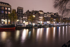 Amsterdam-Kanal am Abend (lange Belichtung geschossen) Lizenzfreie Stockfotos
