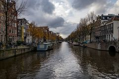 Amsterdam-Kanal in Autumn Cityscape Lizenzfreie Stockfotos