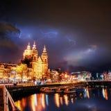 Amsterdam-Kanal Blitzschlag auf dem bewölkten bewölkten Himmel Lizenzfreie Stockfotografie