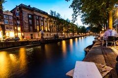 Amsterdam kanal i aftonen arkivfoto