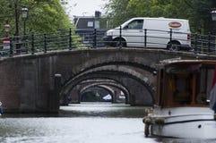 Amsterdam kanal med broar Arkivfoto