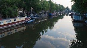 Amsterdam kanal med förfriskning royaltyfri bild