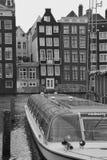 Amsterdam-Kanal mit Ausflugboot stockbild