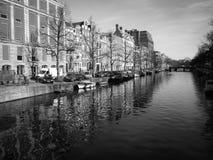 Amsterdam kanal och byggnader fotografering för bildbyråer